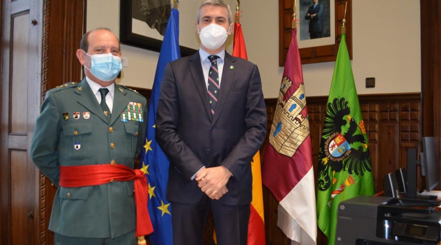 El presidente de la Diputación recibe al nuevo jefe de la Guardia Civil en la región